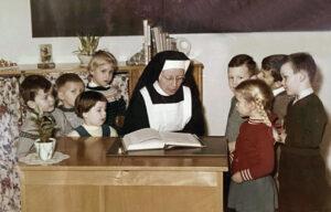 Zuster Manja leest voor uit een 'stichtelijk' boek. Helemaal links sta ik.